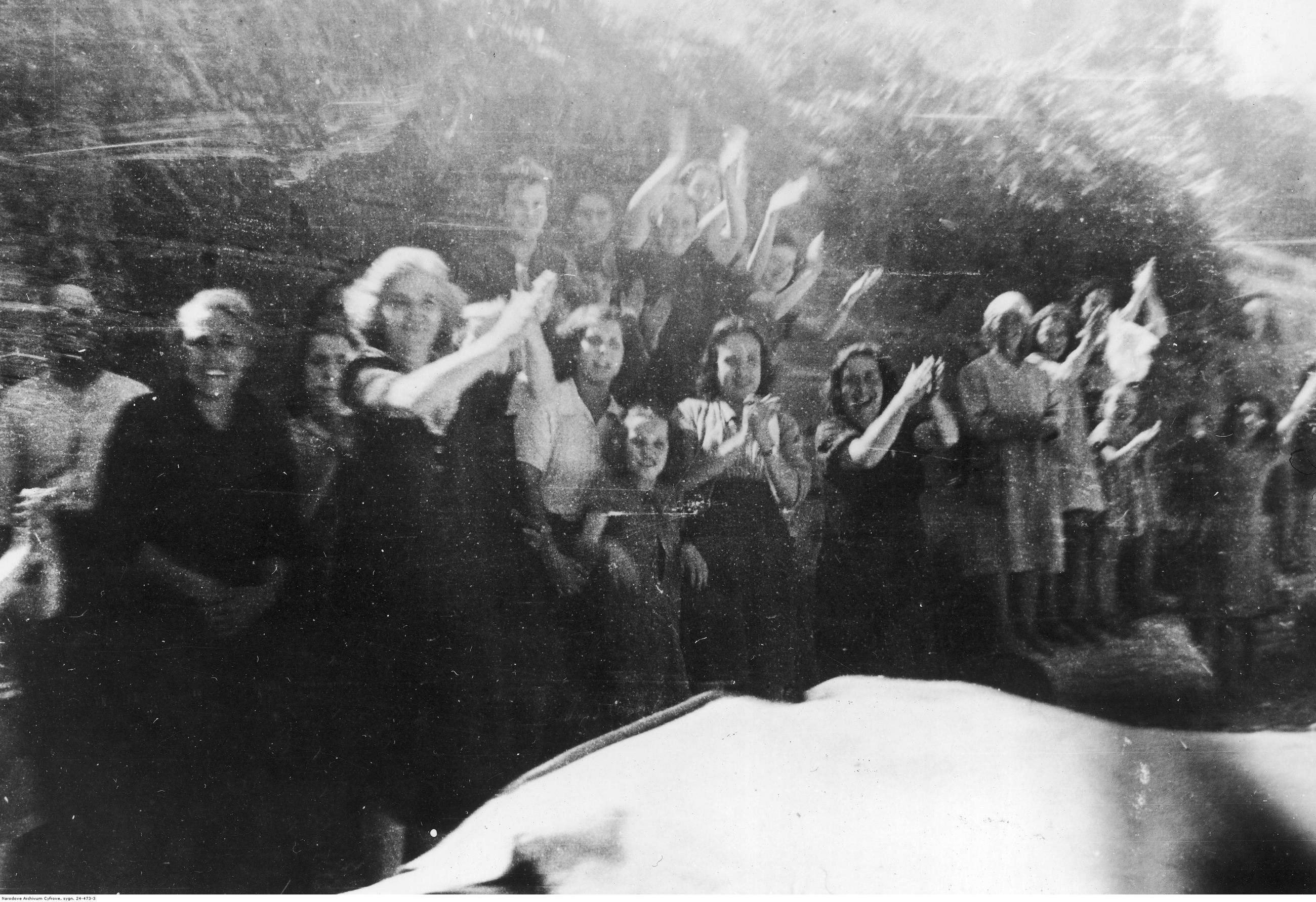 Mieszkańcy Agugliano witają wkraczające do miasta polskie czołgi M4 Sherman, 17 lipca 1944 r.