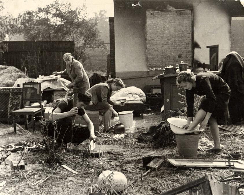Rodzina w zburzonym domu Chłopiec z siekierą to Albert Turowski, który po wojnie został aktorem filmowym. Fotografia Juliena Briana.