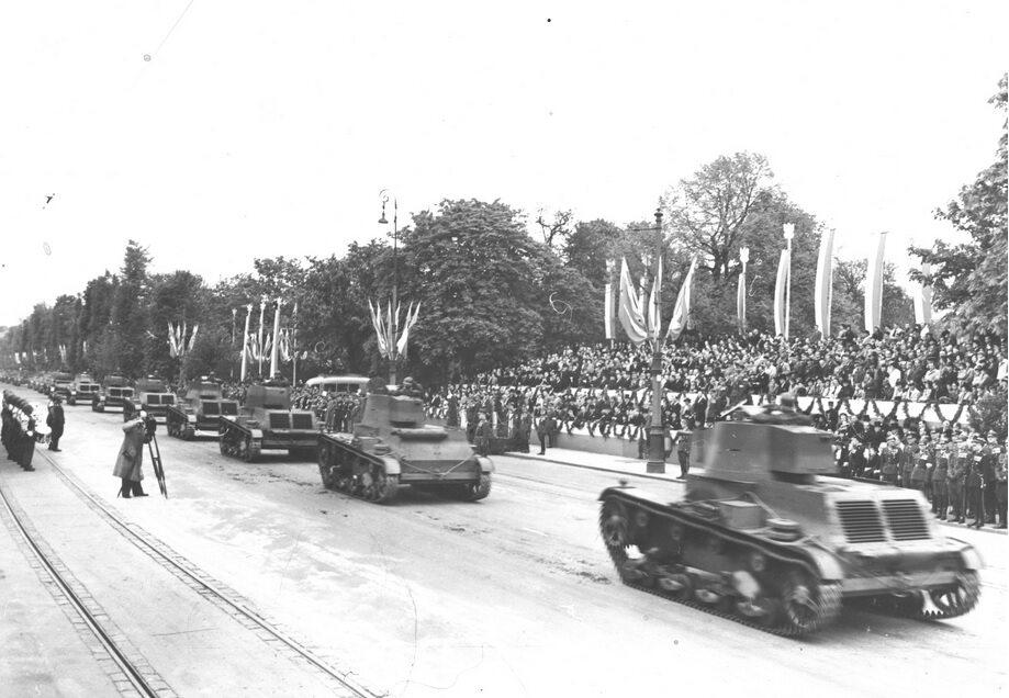 Defilada czołgów 7 TP w Alejach Ujazdowskich. Warszawa, 1939 r.