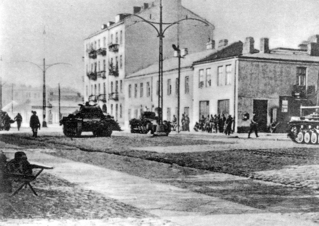 8 września, pierwsze natarcie Dwie niemieckie dywizje pancerne próbowały zaskoczyć obrońców Warszawy nagłym, niespodziewanym atakiem już 8 września. Czołgi zaatakowały od strony ulicy Grójeckiej. Niemcy ponieśli porażkę i odnieśli duże straty. Obrońcy zmusili ich do wycofania.