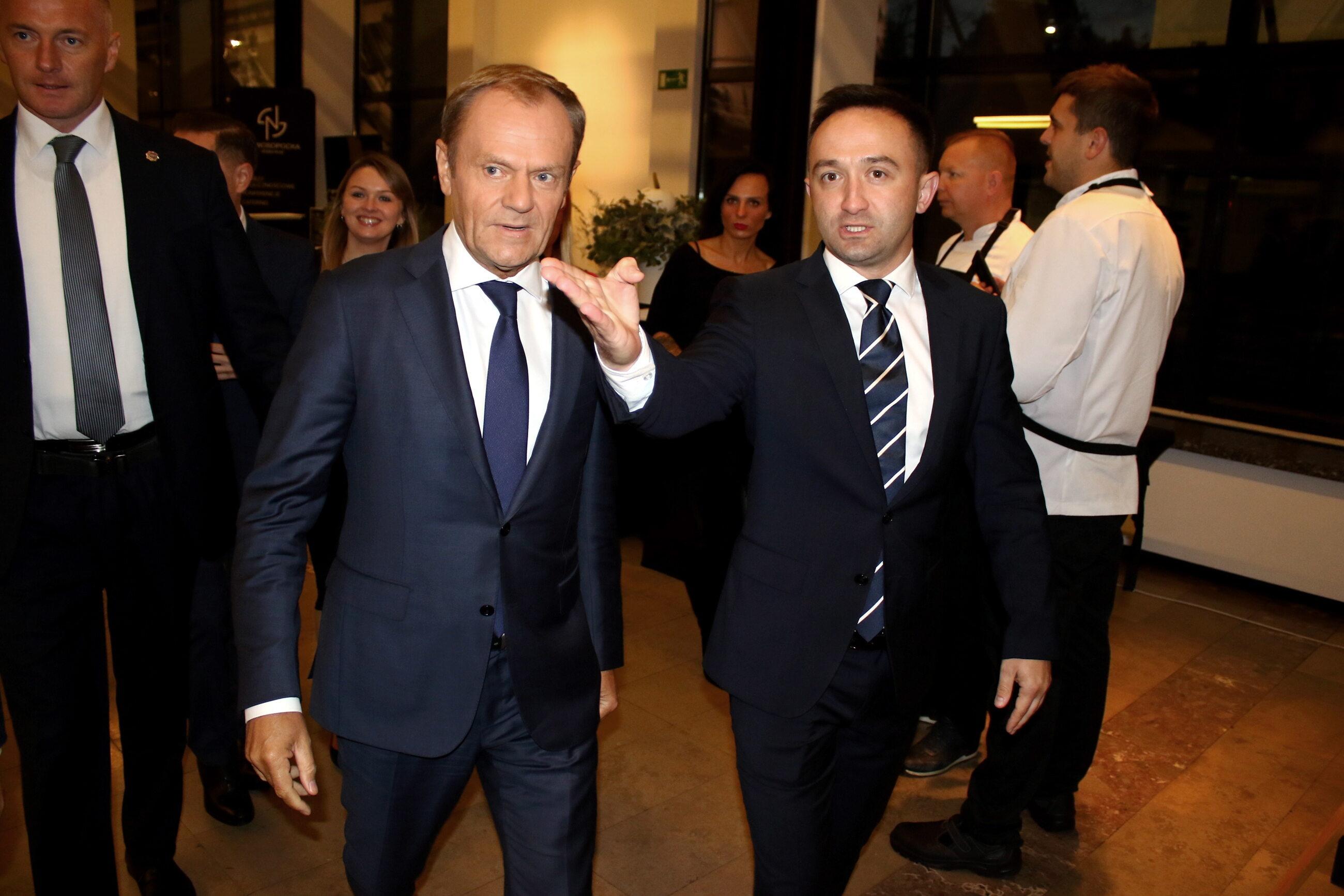Donald Tusk (2L) w drodze na przyjęcie urodzinowe Lecha Wałęsy